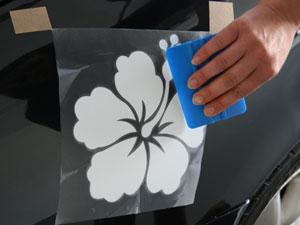 Autoaufkleber festrakeln